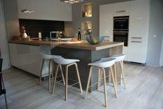 Strakke keuken met eiland en barkrukken en afneembare muurverf - ArkelWonen Home Deco Furniture, Kitchen Furniture, Interior Concept, Interior Exterior, White Wood, Scandinavian Design, Home Improvement, Minimalist, House
