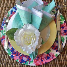 No mês das flores nada melhor que uma mesa posta bem florida!  #mesaposta #sousplatroyal