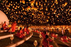Floating lantern festival in Chiang Mai, Thailand. Each November, in the city of Chiang Mai in Thailand, take place the most mesmerizing lantern festival called Yi Peng (second full moon). Releasing a lantern into the air symbolizes the new beginning. Lantern Festival Thailand, Floating Lantern Festival, Floating Lanterns, Sky Lanterns, Paper Lanterns, Floating Lights, Lantern Lighting, Chiang Mai Tailândia, Chiang Mai Thailand
