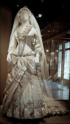Wedding Dress Ivory silk satin and silk damask with floss, chenille and pearl embroidery.charles frederick worth wedding gown worn by alice wade everett 1879 Antique Wedding Dresses, Vintage Gowns, Vintage Bridal, Vintage Outfits, Victorian Dresses, Vintage Weddings, Victorian Gothic, Gothic Lolita, Antique Clothing