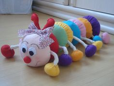centopeia em feltro | Flickr - Photo Sharing! Felt Crafts, Diy And Crafts, Crafts For Kids, Baby Pillows, Kids Pillows, Sewing Toys, Baby Sewing, Baby Room Neutral, Baby Mobile
