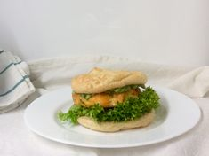 Lososový burger s avokádem a salátem v kešu oopsie Salmon Burgers, Hamburger, Seafood, Fish, Ethnic Recipes, Sea Food, Pisces, Burgers, Seafood Dishes