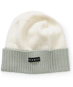 This lightweight knit beanie is made with an ultra soft silk blended knit construction for comfort, and a colorblock design for a two-tone look.
