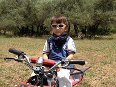 Champion en herbe sur mini quad avec le tour de cou Try One Factory pour ne pas attrapper froid à la gorge ! Tour, Quad, Baby Strollers, Bicycle, Children, Mini, Grasses, Baby Prams, Young Children