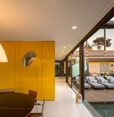 Residência Limantos / Fernanda Marques Arquitetos Associados @fmaa @fgsg #dining #wall #yellow #lighting #window #view #patio