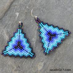 Beaded Earrings Patterns, Peyote Patterns, Beading Patterns, Triangle Pattern, Brick Stitch Earrings, Seed Bead Earrings, Triangles, Beadwork Designs, Necklaces