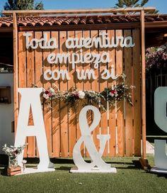 Ideas románticas para una boda de noche #bodas #wedding #bodasnet #nightwedding #bodadenoche #decoración #decoration #letrasxxl #airelibre #flowers #carteles Crédito: Fdiakonova