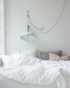 Styling: Marianne Luning | Photographer: Tjitske van Leeuwen vtwonen mei 2013 #vtwonen #magazine #interior #bedroom #white #linen #cotton #basic #duvetcover