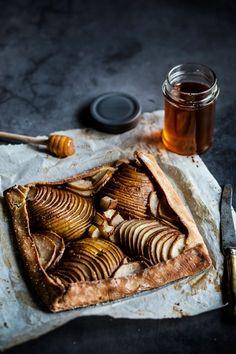 C'est dans la simplicité que l'on se régale le plus finalement. Vous n'êtes pas d'accord ? Une simple pâte à tarte maison un peu rustique, quelques poires et du miel. Juste ça. Et on se régale. Quiches, Advent, Food And Drink, Cheese, Cooking, Simple, Desserts, Recipes, Photos