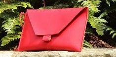 Parce que l'on n'a jamais assez de sacs et qu'on adore les accessoires pratiques et tendance, découvrez le tuto de la pochette enveloppe et simili cuir !