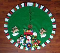 Kit Pie de Arbol Christmas Stockings, Christmas Holidays, Merry Christmas, Felt Doll Patterns, Christmas Village Display, Felt Dolls, Xmas Decorations, Halloween Crafts, Tree Skirts