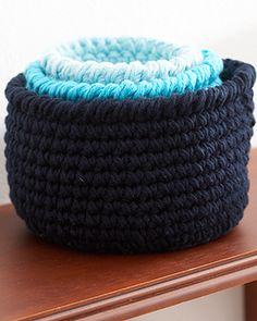 Sugar n Cream - Round Baskets (crochet) Three sizes, three shades, and infinite uses! These stout little baskets will help you out in every room of the house. Crochet Round, Crochet Home, Love Crochet, Learn To Crochet, Crochet Crafts, Crochet Yarn, Crochet Projects, Cotton Crochet, Art Projects