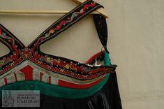 Del av ein svartstakk, fremre delen er utklypt. Embroidery, Bags, Fashion, Handbags, Moda, Needlepoint, Fashion Styles, Fashion Illustrations, Bag