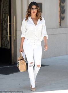 Get the latest look worn by your favorite celebrity - Priyanka Chopra. Visit us to see latest outfit worn by few major bollywood celebs Estilo Fashion, Bold Fashion, Ideias Fashion, Fashion Tips, Heidi Klum, Bollywood Fashion, Bollywood Actress, Actress Priyanka, Bollywood Outfits