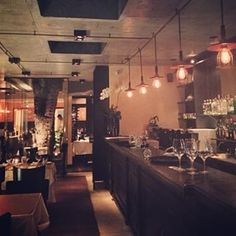 Tatu Bar & Palco. | O restaurante Jacarandá em Pinheiros conta com uma pequena pérola subterrânea da cidade, o Tatu Bar & Palco. Com clima intimista, o espaço abaixo do restaurante conta com sofás, mesas baixas e um pequeno palco para shows. Ah, a carta de drinks é uma atração a parte.
