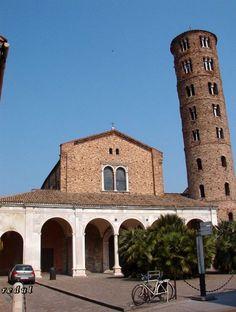 Iglesia de San Apolinar el Nuevo, Rávena (493-526). Erigida por el rey ostrogodo Teodorico y reformada después. En el exterior tiene un nártex (exonártex) porticado.