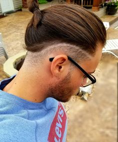 If you're thinking to get a low fade haircut and you're looking for inspiration, you came to the right place. Discover the most stylish low fade haircuts! Man Bun Undercut, Man Bun Haircut, Man Bun Hairstyles, Undercut Long Hair, Low Fade Haircut, Hair And Beard Styles, Curly Hair Styles, Pinterest Hair, Haircuts For Men