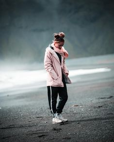 Inspiration for travel pictures taken in iceland. Girl Photography Poses, Film Photography, Lifestyle Photography, Travel Photography, Girls Dp For Whatsapp, Alone Girl, Profile Picture For Girls, Girl Standing, Outdoor Portraits