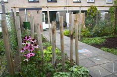 In deze natuurlijke tuin is gebruikgemaakt van kastanjehouten palen en pergola