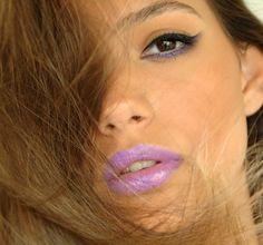 Maquiagem Monocromática com sombra e batom lilás.