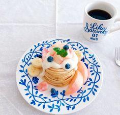ブルーの素敵な器とマグカップに合わせて、ピーチをトッピング☆ 優しい気持ちになれそうな、素敵な色合いの食卓になりました。