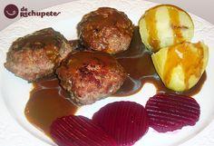 Frikadeller, albóndigas danesas que se comen acompañadas con patatas cocidas, col lombarda cocida y