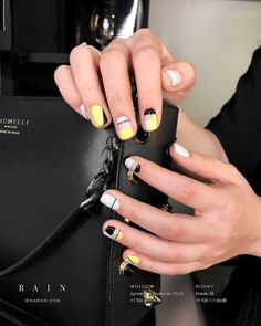 False nails have the advantage of offering a manicure worthy of the most advanced backstage and to hold longer than a simple nail polish. The problem is how to remove them without damaging your nails. Yellow Nails Design, Yellow Nail Art, Nail Design, Minimalist Nails, Trendy Nails, Cute Nails, Hair And Nails, My Nails, Nail Manicure