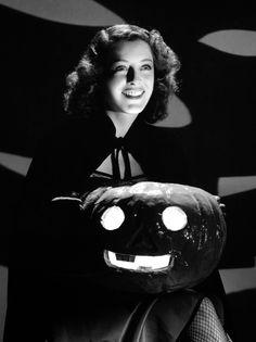 Ellen Drew with a cute carved pumpkin, 1941. #vintage #1940s #actresses
