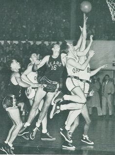 1949 Cal-Oregon basketball game at McArthur Court. From the 1949 Oregana (University of Oregon yearbook). www.CampusAttic.com Easy Diy Projects, Easy Crafts, Cheap Diy Home Decor, Basketball History, University Of Oregon, Easy Paintings, Decor Crafts, Game, History Of Basketball