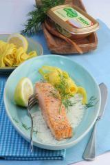 Bandnudeln mit gebratenem Lachs und Zitronen-Dillsauce