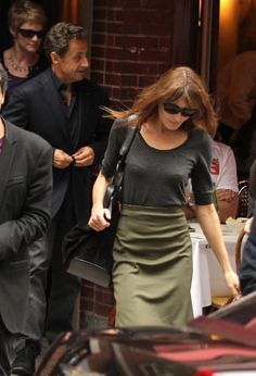 Carla Bruni-Sarkozy T-Shirt - Carla turned a basic gray shirt into a chic outfit by tucking it into an olive green skirt.