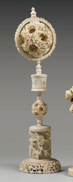 Double boule de Canton reposant sur un pied circulaire, en ivoire tourné, ajouré et sculpté de pivoines. Vers 1900. Statue Base, Canton, Baroque, Tortoise Shell, Chinese Art, Wood Turning, Horns, Candle Holders, Sculptures