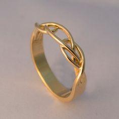 Handgefertigter, geflochtener 14k Goldring in einem feinen und klaren Design. Der Ring ist etwa 3mm breit und kann matt oder glänzend angefertigt