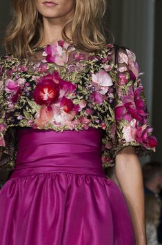 Marchesa Spring/Summer 2015 Collection (New York Fashion Week): That skirt looks reminiscent of an prom dress! Beauty And Fashion, Love Fashion, Runway Fashion, Marchesa Fashion, Fashion 2015, Couture Fashion, Luxury Fashion, Floral Fashion, Fashion Dresses
