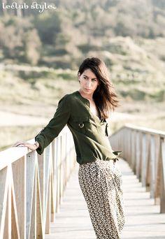Pantalón fluido estampado y camisa militar para un look de contrastes, Adriana Lindo, Blogger,Angel Robles Robles Photography,