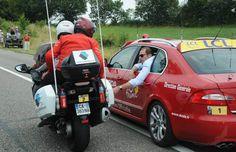 Les régulateurs de courseTrois motos. Blouson rouge et casque rouge, installés…