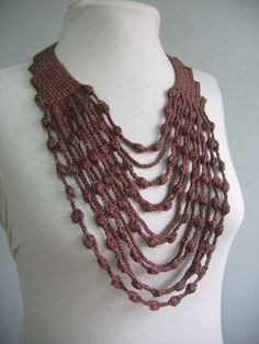 Could add beads to pep up. Translates to English well. Maxi collar - crochet necklace - free diagram & pattern (portug) Crochet Collar or scarf fashion accessory made with chain lengths and puff-like stitches! Crochet Necklace Pattern, Crochet Jewelry Patterns, Crochet Bracelet, Bead Crochet, Crochet Accessories, Crochet Designs, Free Crochet, Crochet Jewellery, Crochet Collar Pattern