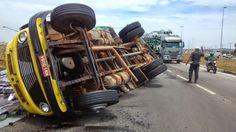 JORNAL O RESUMO - ACIDENTE JORNAL O RESUMO: Caminhão tomba na estrada