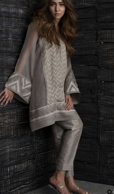 Womens dress casual grey pants 16 Ideas for 2019 Pakistani Formal Dresses, Pakistani Fashion Casual, Pakistani Dress Design, Pakistani Outfits, Indian Outfits, Indian Fashion, Dress Formal, Womens Fashion, Stylish Dresses