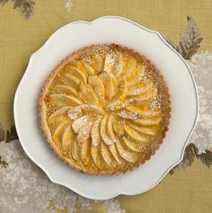 La torta di mele come la fanno a Parigi – un modo perfetto per rendere Hygge qualunque sera d'inverno. Basta aggiungere una tazza di thé caldo e una poltrona comoda. Ecco come mi piace che sia, la sera, per un ultimo dolce morso prima di andare a dormire…