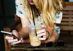 Você já teve a curiosidade de descobrir como é o celular das suas blogueiras favoritas?        O smartphone é com certeza o principal aliado no trabalho de uma blogueira. Com ele a gente tira, edita e armazena