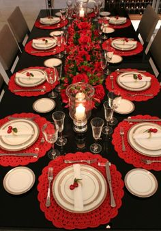 absolutely stunning ideas for christmas table decorations 38 ~ my. absolutely stunning ideas for chr. Christmas Dining Table, Christmas Table Centerpieces, Gold Christmas Decorations, Christmas Room, Christmas Table Settings, Christmas Tablescapes, Christmas Crafts, Deco Table Noel, Absolutely Stunning