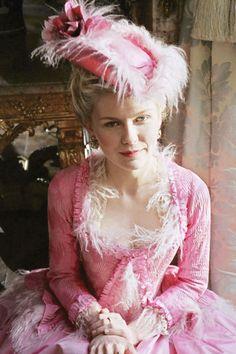 Kirsten Dunst con un precioso vestido rosa diseñado por Milena Canonero para su papel de Maria Antonieta en 2006. Canonero se llevó el Oscar al mejor vestuario.
