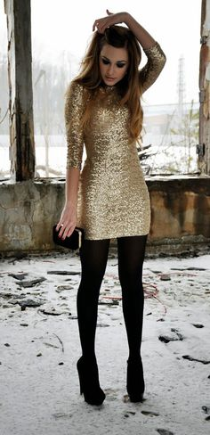 Vístete de gala y acompaña un vestido de lentejuelas con mallas gruesas. | 16 Consejos de moda para usar tus vestidos cuando hace frío