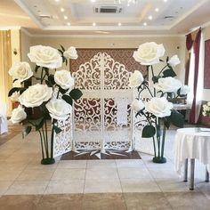 Сегодня большие ростовые розы оформляют ажурную, воздушную ширму. По вопросам аренды звоните 89103427543 Альбина
