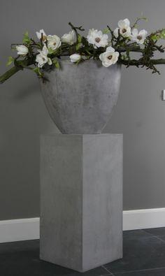 leuke betonnen zuil met betonnen vaas en decoratie takken met zijden bloemen, ideaal met verzorging. Decoratietakken Knoops