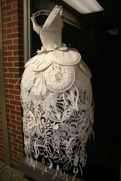 Vestido de papel por Ali Ciatti/ Paper Plate Dress by Ali Ciatti, via Behance Paper Fashion, Fashion Art, Fashion Design, Origami Fashion, Fashion Details, Dress Fashion, Style Fashion, Fashion Ideas, Kirigami