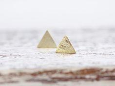 Diese filigranen dreieckigen Ohrstecker bestehen aus vergoldetem 925er Silber mit leicht strukturierter Oberfläche und sind federleicht zu tragen. Durch das schlichte Design passen sie perfekt zu...