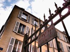 Campagne première (encore) : Cette photo au départ anodine - je prends souvent en image le passage d'Enfer, en songeant à Rimbaud - a pris un intérêt ultérieur : huit mois plus tard les grilles sont hautes et neuves, l'endroit ressemble à un joli décor ne manquent plus qu'éclairages et caméras.    [mardi 17 avril 2012 vers 10h30]  181112 1648 | gilda_f