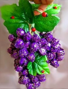 Make a beautiful bunch of grapes with chocolate wrappers ~ Mimundomanual Candy Bouquet Diy, Diy Bouquet, Chocolate Flowers, Chocolate Bouquet, Chocolate Wrapping, Chocolate Gifts, Craft Gifts, Diy Gifts, Dyi Decorations